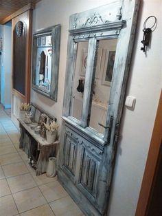 Zrcadlová předsíňová stěna od Šárky Prágerové, loňské vítězky soutěže Barevná hra recy-věci.