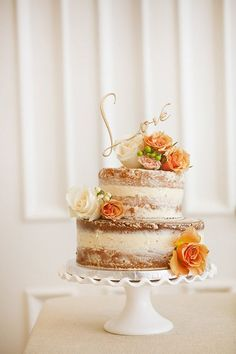 Lief klein bruidstaartje: naked cake met oranje/gele bloemen en een LOVE taarttopper, modern en romantisch!