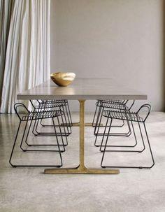 Mesa de comedor en concreto - Concrete dining table with gold legs.