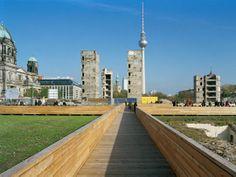 relais Landschaftsarchitekten. Übergangsnutzung Schlossareal Berlin. Stege geschlossen.