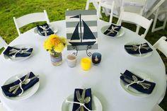 bautizo: decoración de mesa elegante con color amarillo como acento