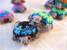 LucyRavenscar - Crochet Creatures: Mini Crochet Creatures - Tiny Two-tone Turtle Crochet Patterns Amigurumi, Crochet Dolls, Crochet Yarn, Free Crochet, Crocheted Toys, Quick Crochet, Knit Patterns, Mini Turtles, Crochet Turtle