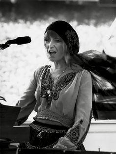juniorsfarm: Christine McVie performing with Fleetwood Mac 1977