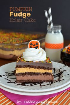 This Pumpkin Fudge Eclair Cake is an easy cake recipe that would work for any fall holiday. It's made up of layers of creamy chocolate fudge pudding, pumpkin spice pudding, and chocolate graham crackers. Pudding Desserts, No Bake Desserts, Just Desserts, Delicious Desserts, Layered Desserts, Cold Desserts, Pumpkin Pie Cupcakes, Pumpkin Fudge, Pumpkin Dessert