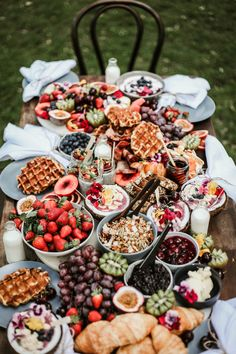 How To Throw The Perfect Dinner Party brunch buffet Breakfast And Brunch, Breakfast Platter, Breakfast Catering, Dessert Platter, Breakfast Fruit, Appetizer Table Display, Tumblr Breakfast, Perfect Breakfast, Breakfast Casserole