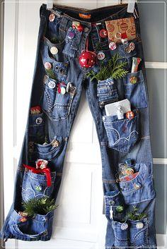 Wisst ihr was das ist?  Ich werd's Euch verraten!  Das ist der Adventskalender meiner Tochter Julia, gemacht aus mehreren alten Jeanshose...
