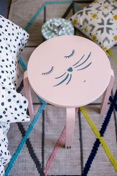 Aus einem Ikea Frosta Hocker wird mit ein wenig Farbe ein Katzen-Nachttisch.