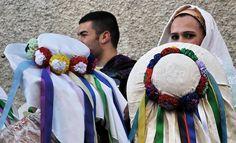 """Carnevale di Neoneli: """"Sa maschera 'e cuaddu""""  La maschera appartiene alla categoria di """"macheras limpias"""", (viso scoperto e riconoscibile), probabilmente  usata solo in alcuni ceti sociali . Il cappello è  ciò che attribuisce il nome alla maschera, dato che ripropone alcuni addobbi del cavallo come le coccarde e le campanelle """"sos ischiglittos"""" utilizzati per adornare tali animali in occasione di particolari giostre equestri molto diffuse in Sardegna fin dal medio evo."""
