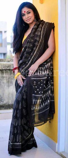 Mul cotton black saree always win the game Black Cotton Saree, Black Saree, Indian Attire, Indian Ethnic Wear, Indian Dresses, Indian Outfits, Block Print Saree, Simple Sarees, Elegant Saree