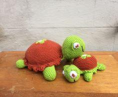 Knuffel schildpad. Sooo cute!!! Vraag de knuffel of het patroon via fb JeanieHugs.