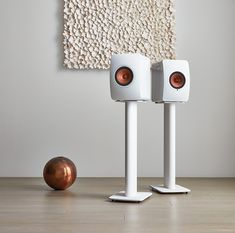 De KEF Performance Speaker Stand is gemaakt met het oog op de ideale look en plaatsing voor de KEF boekenplank luidspreker-modellen. De Geïntegreerde kabelbeheer zorgt ervoor dat de kabels zoveel mogelijk aan het zicht ontnomen worden, zodat de stand en luidsprekers beter in uw interieur integreren. *Luidsprekers niet inbegrepen.