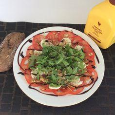 Tomaten Carpaccio (ingezonden door Carolien de Droog). Bereidingswijze: Snij een tomaat en een bolletje mozzarella in flinterdunne schijfjes en dresseer op een bord. Vul verder aan met rucola, geroosterde pijnboompitten en gehakte walnoten. Maak een dressing van 2 delen aloë (gele kan), 1 deel olijfolie en balsamicoazijn naar smaak. Giet dit over je salade, kruid met zeezout en peper van de molen en versier verder met balsamico crème. Smakelijk!