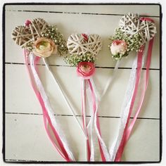 flower girl wand (we have these hearts at work! Wedding Ideas Board, Wedding Flower Inspiration, Wedding Planning, Flower Ideas, Flower Girl Wand, Flower Girl Bouquet, Flower Girls, Wedding Wands, Vintage Wedding Flowers