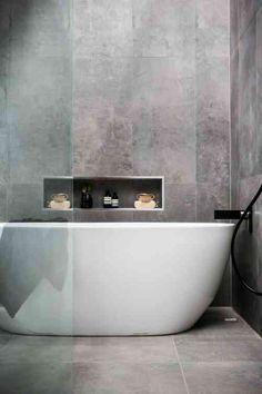 Salle de bains avec des murs en béton ciré
