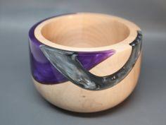 Hecho a mano torneadas y talladas madera tazón de fuente de madera de arce con un deslumbrante púrpura y plata perlas resina embutido - coleccionables; Regalo de boda