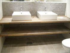 Leter etter inspirasjon. Siden badet er 2,1 x 3,5 meter ser jeg for meg at vi bygger inn et badekar på den korteste veggen. Og skjule baderen litt med en halvvegg med 1 eller to vasker. Kanskje som på dette bildet?
