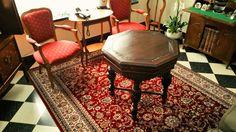 #klassiek tapijt samen met #antieke stoeltjes en een #dambordvloer