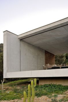 Discover 'La Mira Ra' house, designed by AUM Pierre Minassian architects in France. La Mira Ra house, located in the South of France, is the fruit of a long reflection about the marriage of the wild nature of the Mediterranean and the minimalist purity. Cantilever Architecture, Concrete Architecture, Residential Architecture, Contemporary Architecture, Architecture Details, Interior Architecture, Contemporary Design, Concrete Houses, Villa