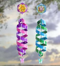 Need extra color in your yard? Look to our hanging Solar Helix Swirl Spinner for an artistic piece. Small solar-powered LEDs accent metal helix section that lead down to a butterfly adornment. A shimmering hexagonal flower crowns the top. Pop Bottle Crafts, Plastic Bottle Crafts, Recycle Plastic Bottles, Diy Crafts For Kids, Home Crafts, Easy Crafts, Recycled Art Projects, Recycled Crafts, Wind Spinners