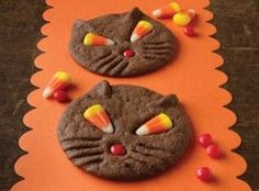 Where was this when I was looking for super easy? Black Cat Cookies for Halloween: The candy corn eyes take on a unique look when baked. Makes 3 dozen cookies. Prep is 45 minutes. Really basic ingredients. Biscuits Halloween, Halloween Cookie Recipes, Dessert Halloween, Fröhliches Halloween, Easy Halloween Crafts, Halloween Goodies, Holidays Halloween, Halloween Treats, Halloween Clothes