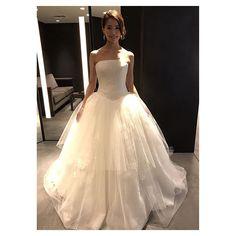 👗👗👗 * * * 【#akemiaiドレスの旅】 #ヴェラウォンブライド銀座本店  さん4着目✨ #リスベス 🎉  ヴェラウォンさんで何よりもツボになったのが、 リスベス😂💕💕💕 可愛すぎて可愛すぎて😭 ベールはロングのものをつけていただき さらにテンションが上がりました🤣 終始ニコニコニコニコニコニコ😆 キラキラもついたこちらが一番好きですが、、、 お値段とご相談です🙇♀️ * #dress #weddingdress #bride #muse5cco #ウェディング#ウェディングドレス#ブライダル  #lisbeth #リスベス #Dressy花嫁 #ハナコレドレスレポ #プラコレwedding #レイウェディング #全国のプレ花嫁さんと繋がりたい #ゼクシィ花嫁#リゾ婚#リゾート婚#farnyレポ #farny_brides #marry花嫁 #marryme #プレ花嫁#大阪花嫁