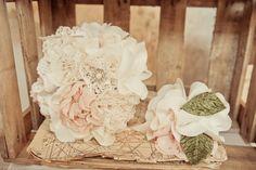 Ach...Stoffblüten blühen im Sommer einfach ebenso schön wie im Winter. | Accessoires: Etsy, Foto: Jenny Giesbrecht