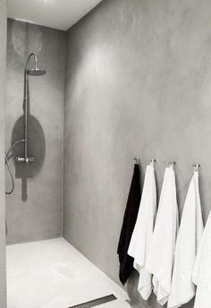 ruime inloopdouche uitgevoerd in grijs marmerstuc. Dit stuc kan ook over bestaande tegelwanden heen worden aangebracht. Scheelt breek en sloopwerk