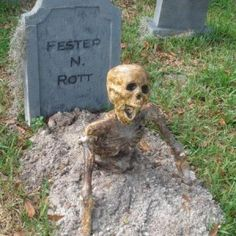 Halloween Lawn, Halloween Graveyard, Halloween Yard Decorations, Creepy Halloween, Halloween Skeletons, Outdoor Halloween, Halloween Projects, Halloween Party Decor, Halloween 2019