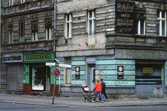 Farbenpracht vor grauer Fassade: Hauswald fand bei der Aufnahme dieser Häuserecke im Prenzlauer Berg das Nebeneinander von Leichenbestattung...