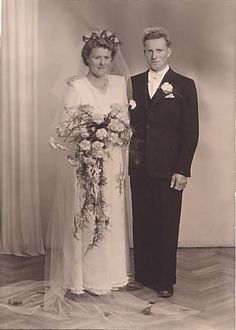 My grandparents Gudveig and Endre Søyland Antique Photos, Vintage Photos, Mom And Dad, My Family, Wedding Gowns, Style Me, Bridesmaid Dresses, Fashion Outfits, Bridal