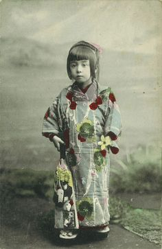 Little Japanese girl in traditional clothing. Japanese Photography, Old Photography, Old Pictures, Old Photos, Vintage Photographs, Vintage Photos, Japan Shop, Japanese Costume, Samurai