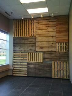 Who needs expensive art when you could build yourself a Pallet Focal Wall like this one? It is a creative way to recycle, save trees, and show off your individual style! How I made this Pallet Focal Wall: First I took the overall dimension of Cafe Interior Design, Cafe Design, Store Design, Pallet Tree Houses, Wood Wall Design, Deco Restaurant, Rustic Restaurant Design, Flur Design, Focal Wall