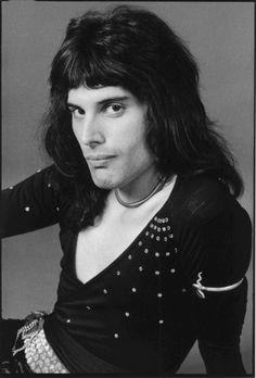 Freddie Mercury. S)