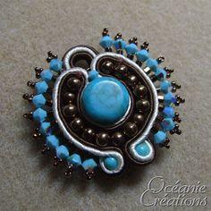 <p> Voici la démonstration d'un bijou réalisé avec de la soutache un après-midi d'été 2008 où je recevais Dollypop à la maison.</p>