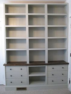 Matériel : – 2 x RAST Commode 3 tiroirs, pin (753.057.09) Description : J'ai toujours voulu avoir une bibliothèque intégrée. J'avais l'intention de la réaliser avec les bidouilles typiques à bases d'étagères BILLY mais j'ai décidé que j'allais partir sur une partie fermée et une partie ouverte. Je suis donc allé sur le site d'IKEA et je suis tombé sur les commodes RAST…pile ce qu'il me fallait ! J'ai tout d'abord réalisé une baseafin que les commodes repose dessus. Après avoir avoir…