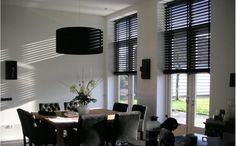Op een mooie manier de zon weren Home Curtains, Curtains With Blinds, Wood Blinds, Black Blinds, Store Venitien, Modern Interior, Interior Design, Elegant Curtains, Black Furniture