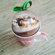 Hello, Aujourd'hui, une petite recette gourmande en période de fêtes ! Samedi soir, on s'est fait un pré-noël avec les copines. Chacune d'entre nous avait pour mission d'offrir à une autre un cadeau avec un petit budget déterminé à l'avance. J'ai eu l'immense... Diy Christmas Gifts For Friends, Christmas Mugs, All Things Christmas, Christmas Crafts, Diy Cadeau Noel, Diy Shadow Box, Dessert In A Jar, Chocolate Caliente, Budget Meals