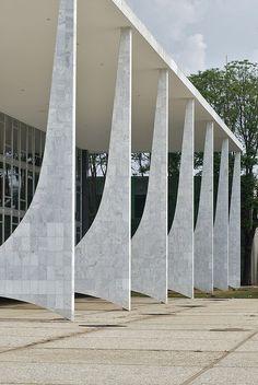 Tribunal Supreme Federal 03 by weyerdk, via Flickr Architecture Design, Architecture Concept Drawings, Architecture Portfolio, Stadium Architecture, Oscar Niemeyer, Supreme Court Building, Retail Facade, Column Design, Walter Gropius