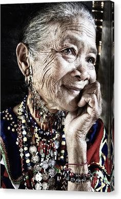 People of the World - Beautiful Mother-look portrait - Traditional costume of Bagobo Tribal of Philippine - taken by Jojie Alcantara 2008 Beautiful World, Beautiful People, Beautiful Old Woman, Beautiful Smile, Simply Beautiful, Old Faces, Tribal Women, Ageless Beauty, Interesting Faces