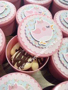 Latinhas plásticas com bolachinhas de leite condensado e chocolate. Apliques passarinho em relevo. #festapassarinho #passarinho #birdparty #littlebird