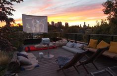 Cool backyard movie theaters for outdoor entertaining - Terrasse Outdoor Cinema, Outdoor Theater, Theater Seating, Rooftop Party, Rooftop Terrace, Party Outdoor, Rooftop Gardens, Backyard Movie Theaters, Outdoor Movie Nights