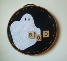Halloween Decoration Hoop Art with Ghost and Scrabble Tiles Embroidery Hoop Decor, Embroidery Applique, Cross Stitch Embroidery, Scrabble Tile Crafts, Scrabble Art, Halloween Cards, Halloween Decorations, Halloween Felt, Halloween Ideas