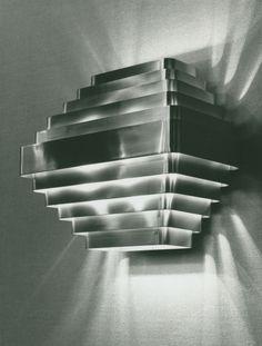 """""""Jules Wabbes (1919-1974)- Rétrospective"""" à Bozar, palais des beaux-arts de Bruxelles  Photo : Applique grand modèle, laiton - Photocom Sprl. Bruxelles, 1968."""