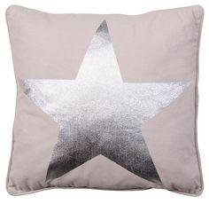 Sierkussen James: stoer kussen met ster, verkrijgbaar in antraciet en beige #stoere #woonaccessoires #HomeLabel
