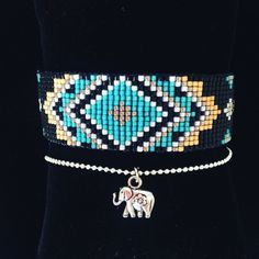 Bracelet ou manchette entièrement fait à la main.   Cette manchette se compose d'un tissage fin en perles du Japon Miyuki Delicas dont le motif s'apparente à un Mandala, d'une - 16465577