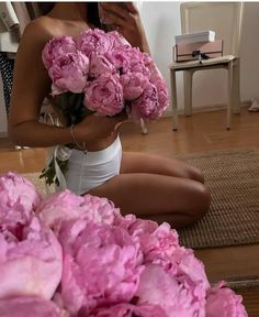 Creative Photoshoot Ideas, Creative Portraits, Ideas For Instagram Photos, Insta Photo Ideas, Flowers Background, Model Poses Photography, Pink Bodysuit, Girls With Flowers, Posing Tips