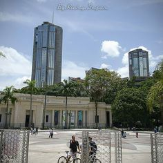 Excelente Miércoles! Fotografía cortesía de @rickysejor -  Plaza de los museos  #LaCuadraU #GaleriaLCU  #ccs_entrecalles #ccs #museodebellasartes #caracas #caraqueando #caracaswalk #caracasunica #torresdeparquecentral #icc_venezuela #icu_venezula #instalovenezuela #venezuelaenfotos