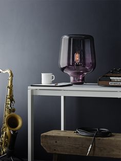 Lampe de table Say my name Réalisé en verre soufflé, la lampe de table Say my name est une création unique qui créera une ambiance singulière dans votre intérieur grâce à sa forme et ses nuances inhabituelles. Issue du savoir-faire de maîtres verriers vénitiens dont la réputation n'est plus à faire en ce qui concerne leur spécialisée dans le soufflage du verre, cette lampe est à la fois un objet d'art et un luminaire qui mettra en valeur et illuminera console, table ou meuble bas de façon…