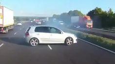 L'autista evita l'incidente per un soffio. E scoppiano gli applausi sul bus - Corriere TV