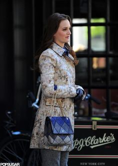 Leighton Meester on the Gossip Girl Set in NYC bringing the fall fashion! Blair Waldorf Outfits, Blair Waldorf Gossip Girl, Gossip Girl Blair, Blair Waldorf Style, Gossip Girl Dresses, Gossip Girl Outfits, Gossip Girl Fashion, Spring Summer Fashion, Autumn Fashion